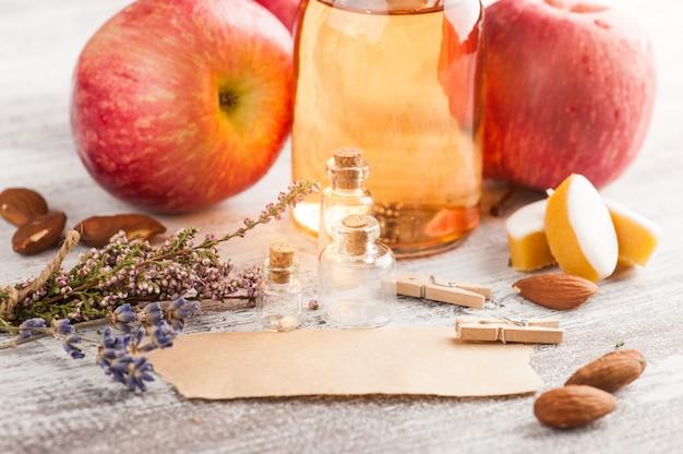 Cidre de pomme fait maison et pommes fraîches