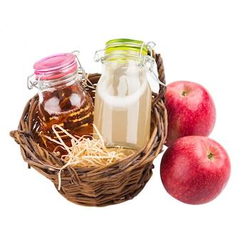 Cidre de pommes et de poires fait maison dans un panier
