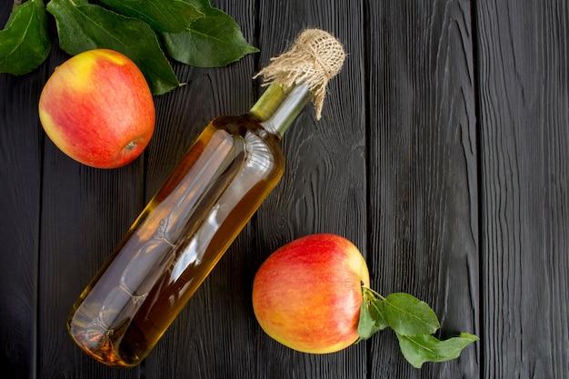 Cidre de vinaigre de pomme dans la bouteille en verre