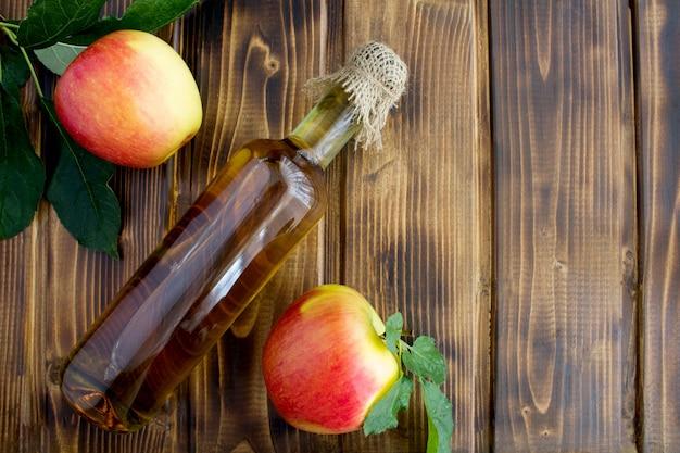 Cidre de vinaigre de pomme dans l'espace de copie vue de dessus de bouteille en verre