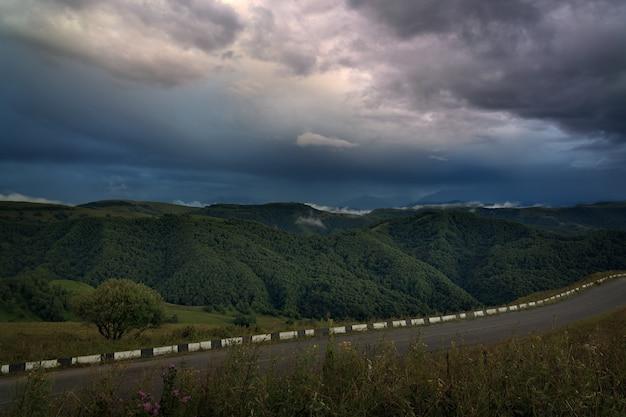 Le ciel au coucher du soleil sur les collines des contreforts du caucase du nord en russie.