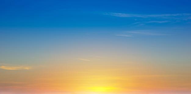 Le ciel avec le beau fond de coucher de soleil de nuage.