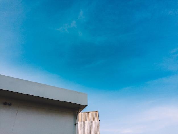 Ciel bleu au-dessus du bâtiment