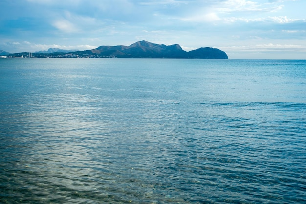 Ciel bleu au-dessus d'une mer et d'une île bleues