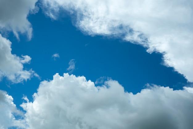 Ciel bleu avec de beaux nuages de pluie blancs naturels