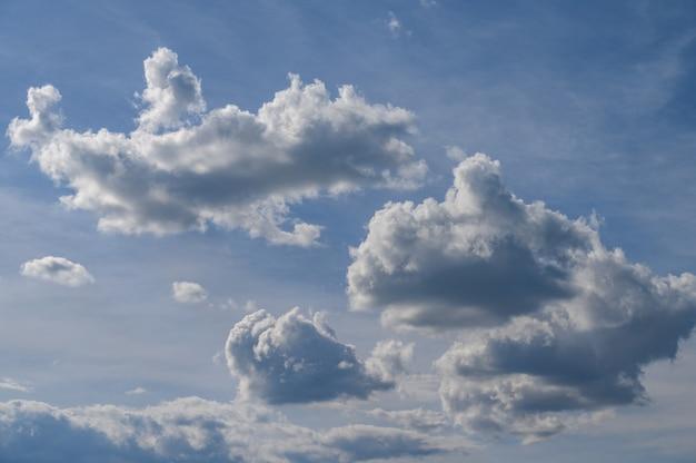 Ciel bleu avec de beaux nuages