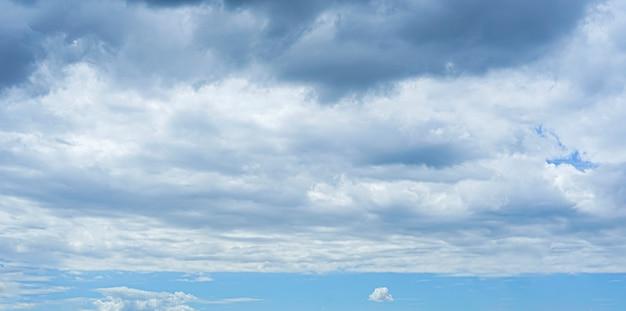 Ciel bleu clair en été