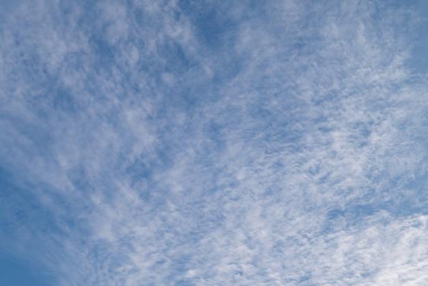 Ciel bleu clair naturel avec quelques nuages pour le concept de liberté de fond ou de toile de fond