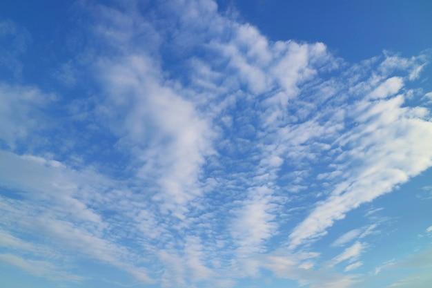 Ciel bleu clair avec des nuages blancs en été