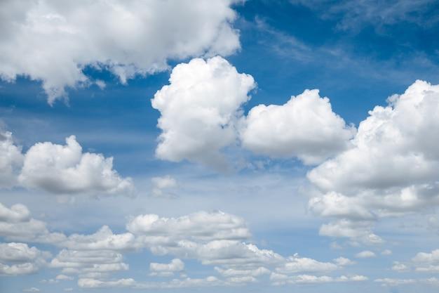 Ciel bleu clair avec des nuages blancs moelleux.