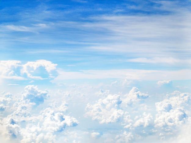 Ciel bleu clair et nuages moelleux blancs