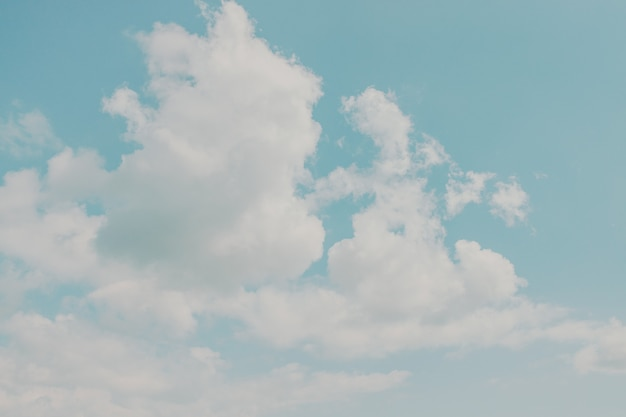 Le ciel bleu clair avec des nuages peut être utilisé comme arrière-plan