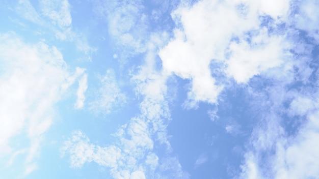 Ciel bleu clair, avec de petits nuages, par temps clair et ensoleillé.
