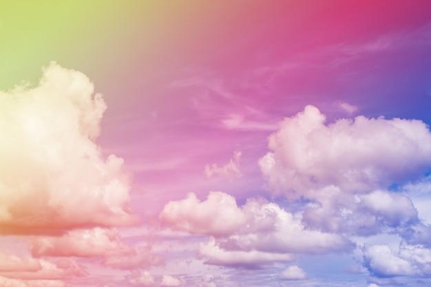 Ciel bleu coloré avec des nuages.