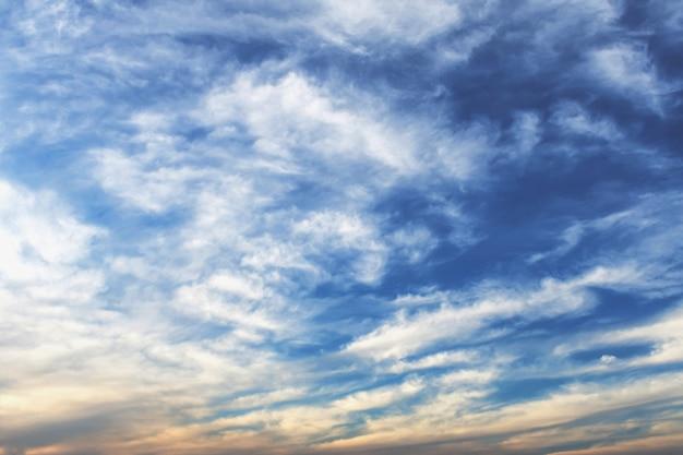 Ciel bleu avec coucher de soleil