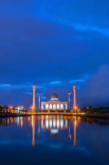 Le ciel bleu crépuscule de la mosquée