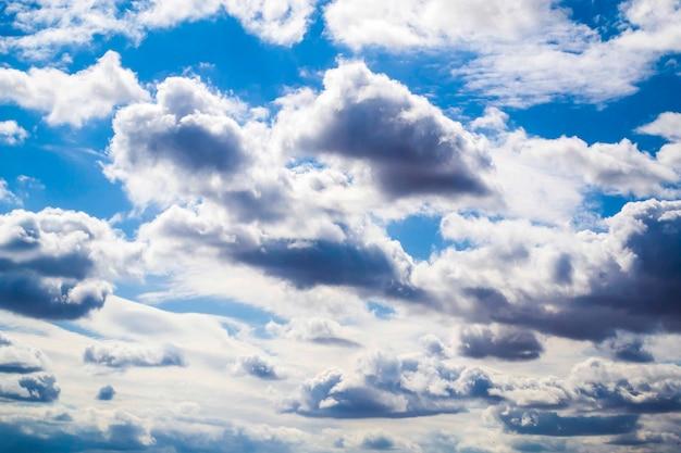 Un ciel bleu avec des cumulonimbus spectaculaires encadrés de cumulus argentés et de cirrus éparpillés un...
