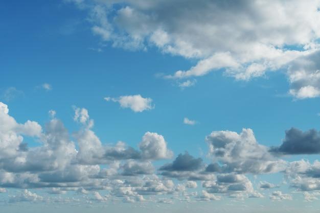 Ciel bleu avec des cumulus au-dessus de la mer
