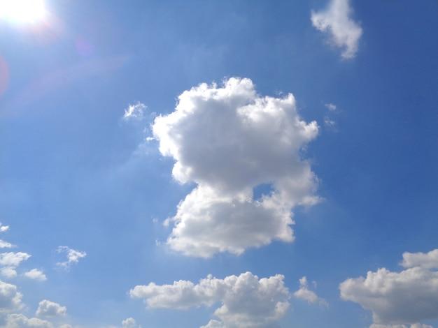 Ciel bleu ensoleillé éblouissant avec nuage blanc moelleux, thaïlande