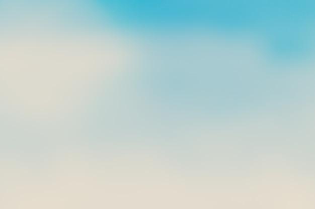 Le ciel bleu flou et la mer utilisent bien comme. contexte flou du concept de l'océan. blurry pastel coloré du soleil