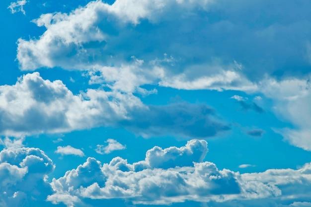 Ciel bleu avec fond de cumulus. concept nature et milieux météorologiques, atmosphère