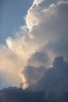 Ciel bleu avec fond de nuages blancs