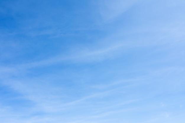 Ciel bleu avec fond de nuages lisses.