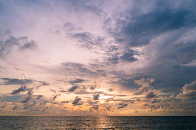 Ciel bleu avec fond de nuages minuscules sur la mer en thaïlande.