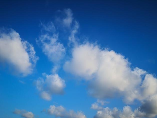 Ciel bleu avec fond de nuages minuscules.