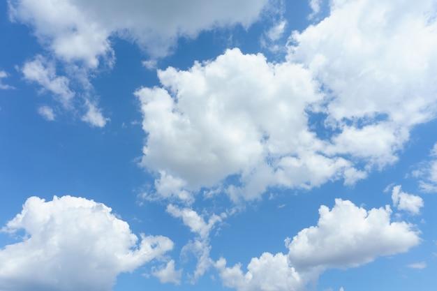 Ciel bleu avec fond de nuages.