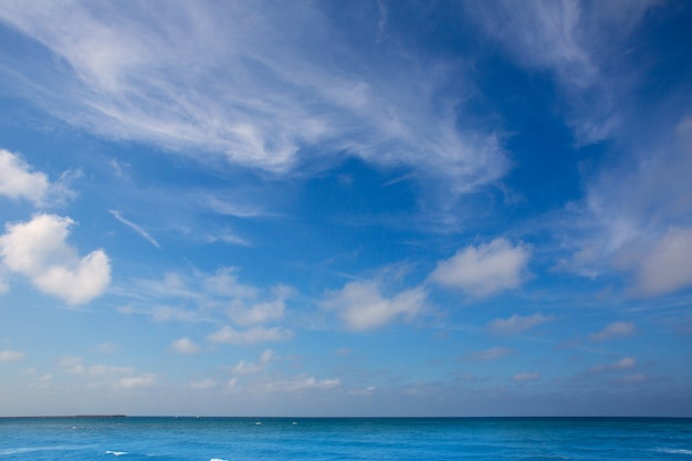 Ciel bleu avec fond de nuages