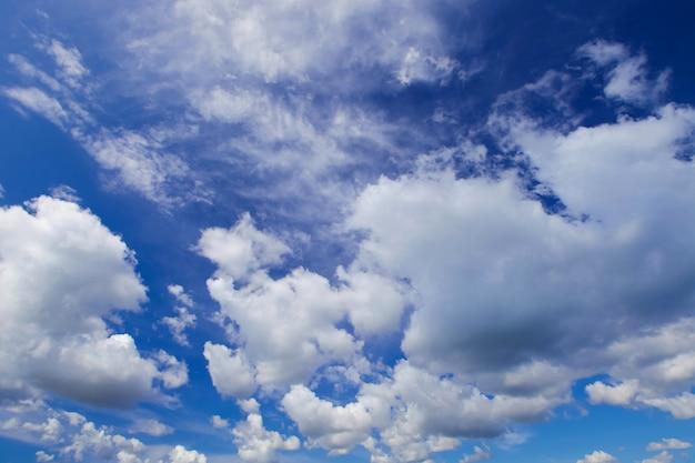 Ciel bleu avec gros nuages