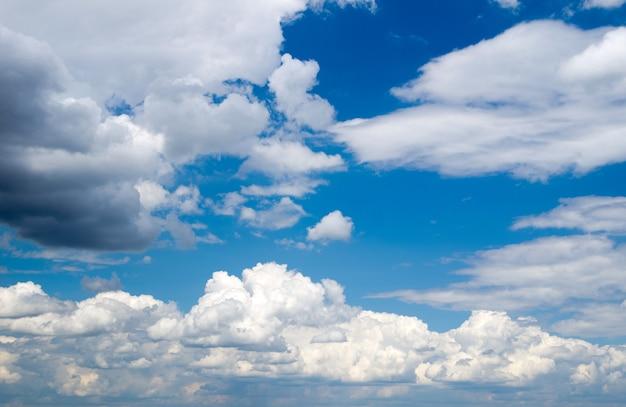 Ciel bleu avec gros plan de nuages