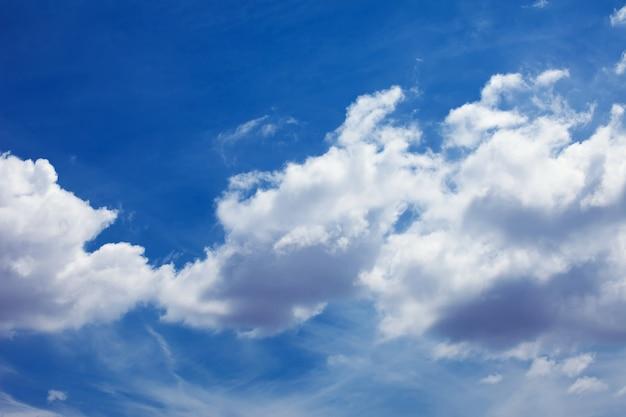 Ciel bleu avec jour de compensation des nuages et fond de beau temps
