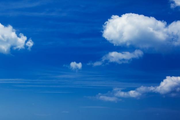 Ciel bleu avec jour de compensation des nuages