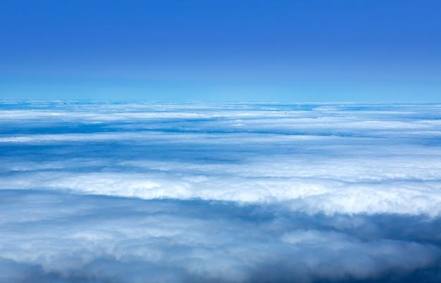 Ciel bleu mer de nuages dans les îles canaries