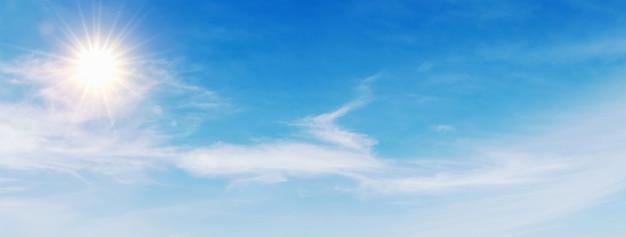 Ciel bleu avec nuage blanc et soleil