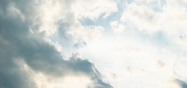 Ciel bleu avec nuage jour de dégagement et beau temps le matin.
