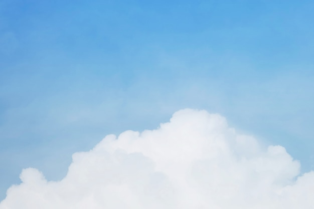 Ciel bleu et nuage en temps nuageux
