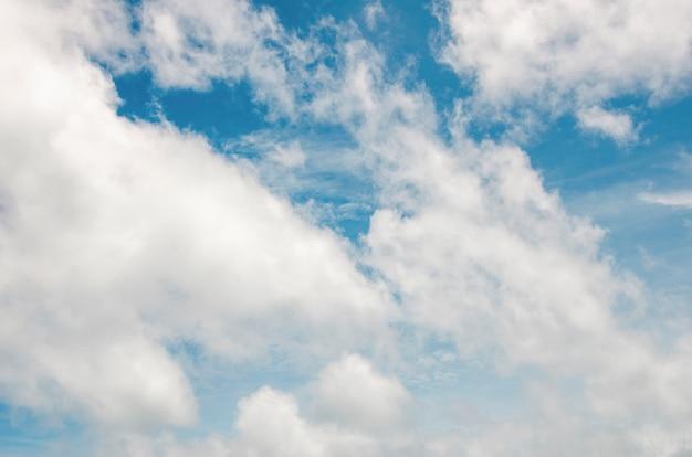Ciel bleu et nuages blancs avec un arrière-plan flou