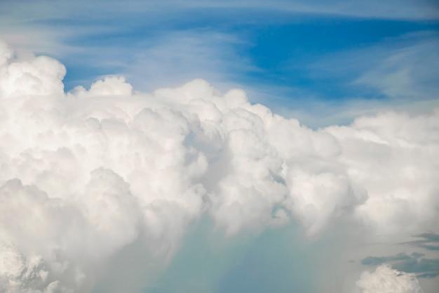 Ciel bleu avec des nuages blancs, ciel bleu clair avec un nuage blanc avec un espace pour l'arrière-plan de texte