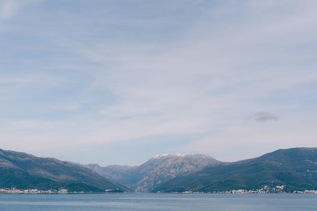 Ciel bleu avec des nuages blancs comme neige sur le golfe de kotor au monténégro