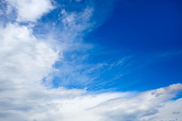 Ciel bleu avec des nuages blancs dans une journée d'été