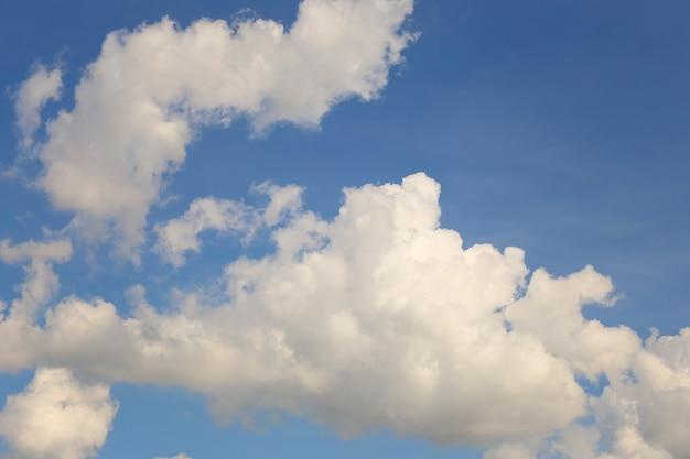 Ciel bleu avec des nuages blancs dans la journée
