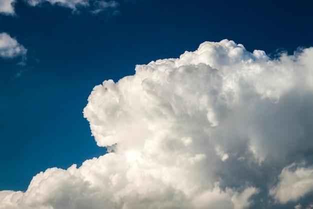 Ciel bleu avec des nuages blancs gonflés en journée ensoleillée claire et ensoleillée