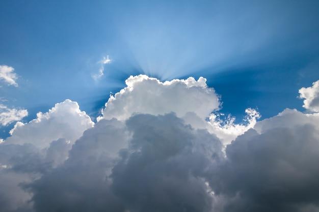 Ciel bleu avec des nuages blancs gonflés en journée ensoleillée claire et lumineuse