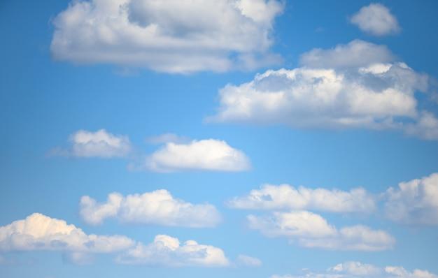 Ciel bleu avec des nuages blancs moelleux un jour d'été