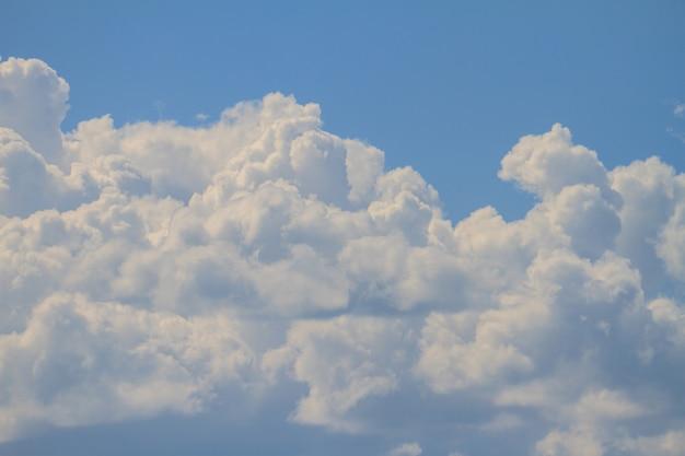 Ciel bleu avec des nuages blancs peut être utilisé comme arrière-plan