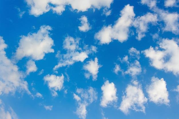 Ciel bleu avec des nuages blancs, pour la conception