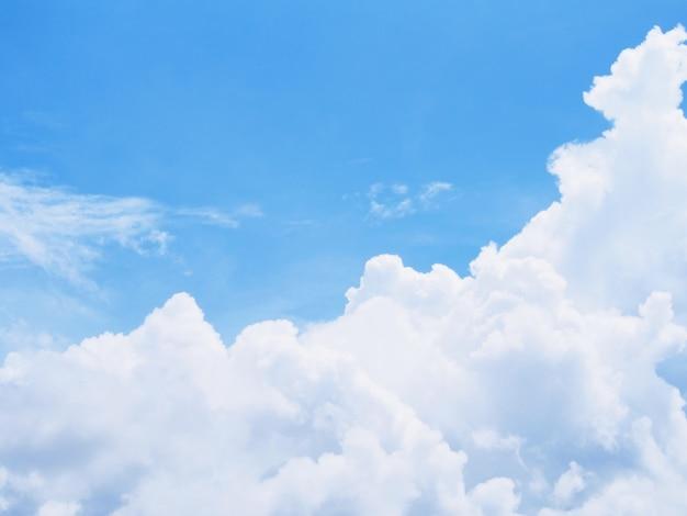 Ciel bleu et nuages blancs pour le fond naturel